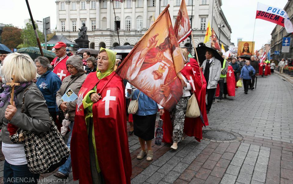 Jeden z marszów propagujących pomysł intronizacji Chrystusa Króla. Krakowskie Przedmieście w Warszawie, 2015 r.
