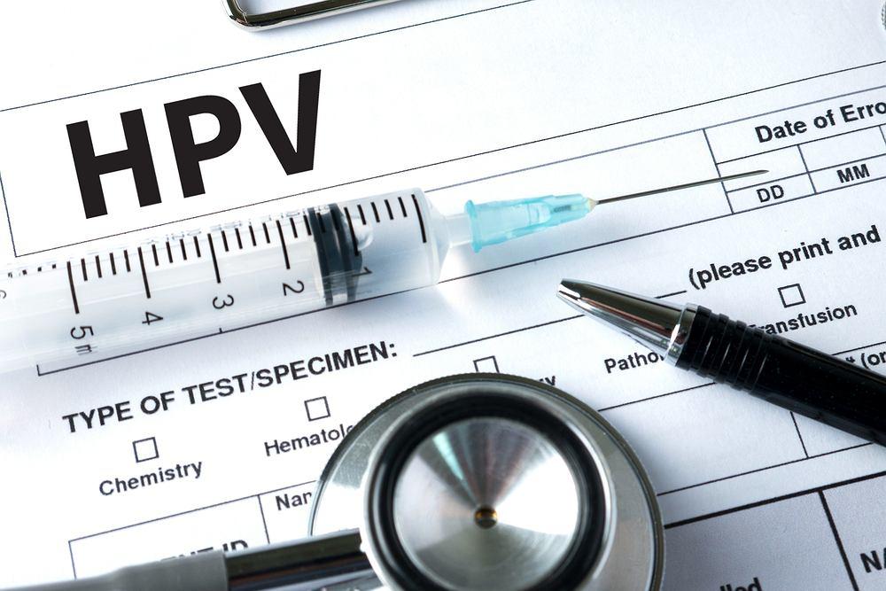 Pierwsze objawy zakażenia wirusem HPV pojawiają zazwyczaj wtedy, gdy choroba jest już zaawansowana. Wówczas pacjentki uskarżają się na świąd, pieczenie i ropne upławy