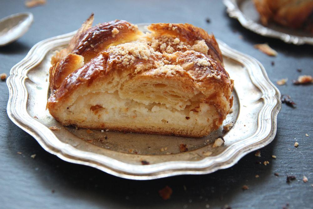Strucla z serem i kruszonką to klasyk. By ją przygotować, wcale nie trzeba mieć dużego doświadczenia w kuchni.