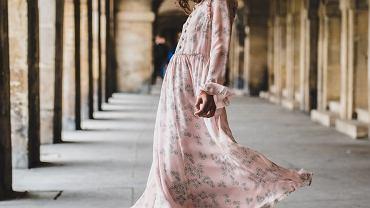 sukienka typu empiryczna zdjęcie ilustracyjne