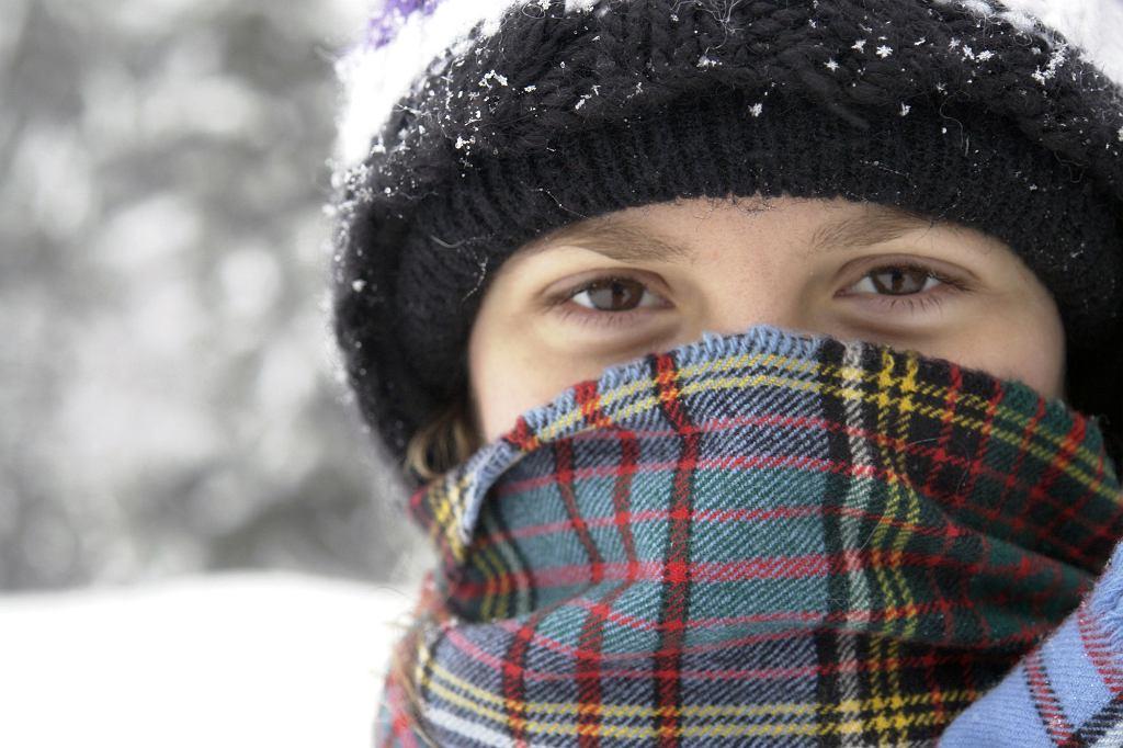 Czapkę, szalik i rękawiczki powinno się prać częściej niż tylko raz w roku po sezonie. To wylęgarnie zarazków