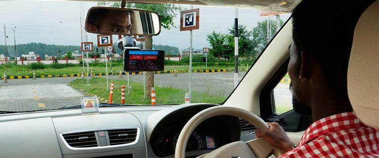 Indie. Microsoft testuje nowy egzamin na prawo jazdy. Smartfonsprawdzi, czy instruktorzy nie są zbyt surowi