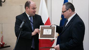 Sławomir Kowalski (po prawej) odbiera z rąk Jana Dziedziczaka (sekretarza stanu MSZ) nagrodę 'Konsul Roku 2016'