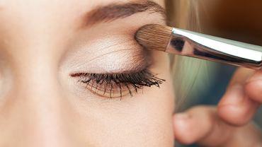 Prosty jesienny makijaż pasujący do każdej tęczówki. Jak idealnie podkreślić swoje oczy? (zdjęcie ilustracyjne)