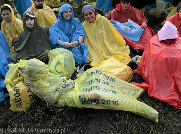 Pielgrzymi podczas mszy otwarcia Światowych Dni Młodzieży na krakowskich Błoniach, 26.07.2016 r.