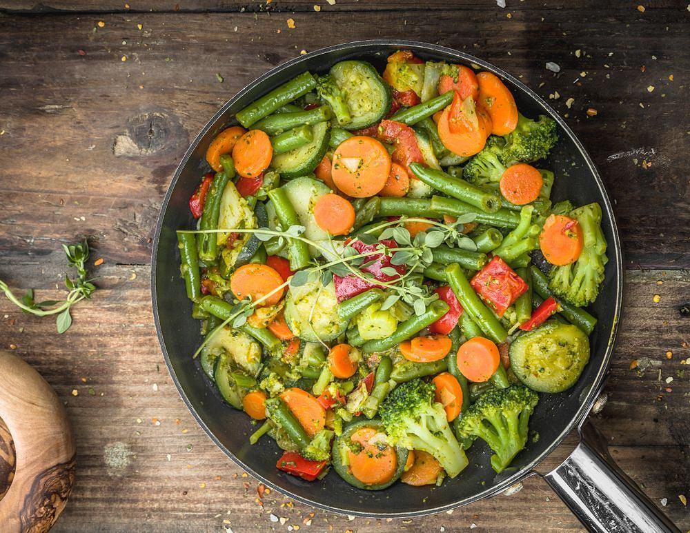 Warzywa na patelnię można zrobić z dodatkiem mrożonki, jak również zrobić samodzielnie