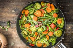 Warzywa na patelnię w dwóch odsłonach - gotowe i robione samodzielnie. Mamy dwa przepisy