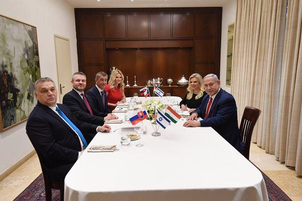 Od lewej: premier Węgier Viktor Orban, premier Słowacji Peter Pellegrini, premier Czech Andrej Babisz, i premier Izraela Benjamin Netanjahu wraz z małżonkami: Moniką Babiszową oraz Sarą Netanjahu podczas spotkania w Jerozolimie 19 lutego 2019.