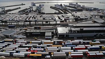 Kolejki ciężarówek czekające na towar w Dover