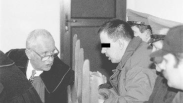 Leszek Pękalski naradza się z prawnikiem w trakcie procesu przed słupskim sądem.