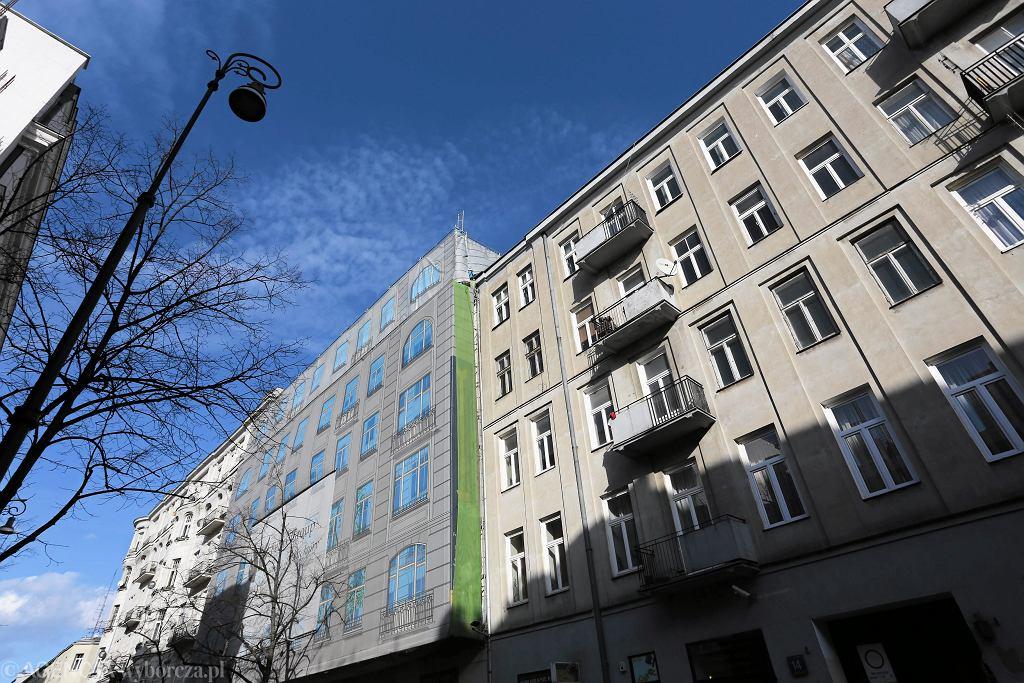Kamienica przy ul. Poznańskiej 14 (z prawej)
