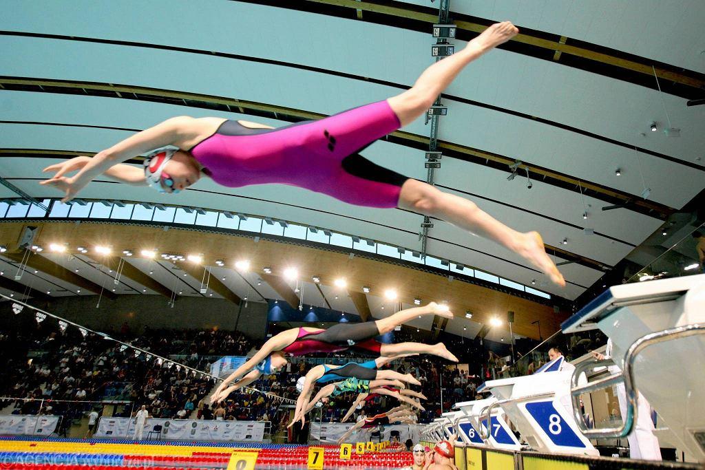Na pięknej pływalni Aqua Lublin trwają Zimowe Mistrzostwa Polski Seniorów i Młodzieżowców na krótkim basenie. W pierwszym dniu zawodów padło kilka rekordów Polski. Jeden z nich ustanowił Konrad Czerniak z AZS AWF Katowice. Trenujący aktualnie w Hiszpanii puławianin, który przez wiele lat bronił barw tamtejszej Wisły podbił swój własny rekord na 50 m st. dowolnym o 0,09 s., uzyskał 20,79 i oczywiście wywalczył tytuł mistrzowski. Rekord kraju pobiła też Dominika Sztandera (Juvenia Wrocław), która 50 m st. klasycznym przepłynęła w czasie 30,00. Podobnym wyczynem popisała się jej koleżanka klubowa Alicja Tchórz, która na dystansie 200 m st. zmiennym uzyskała 2.07,97. Straciła także swój rekord na 800 m st. dowolnym Otylia Jędrzejczak. Teraz dzierży go Milena Karpisz (Piątka Konstantynów Łódzki) - 8.25,70. Walka się toczy nie tylko o medale, ale też o uzyskanie minimum na majowe mistrzostwa Europy w Londynie. W tej chwili pewny start w tej imprezie na już 11. pływaków i pływaczek. Siedmioro z nich zapewniło sobie wyjazd do Anglii podczas mistrzostw świata w Kazaniu, kiedy to popłynęli w finałach konkurencji indywidualnych. Piątek to drugi dzień mistrzostw. Półfinały i finały o godz. 17.