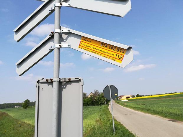 Na wielu przejazdach znajdują się tzw. żółte naklejki PLK, na których podane są numery, na które należy dzwonić w razie zagrożenia oraz numer identyfikacyjny przejazdu.