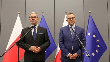 Koniec z użytkowaniem wieczystym. Jerzy Kwieciński minister inwestycji i rozwoju (z lewej) oraz wiceminister Artur Soboń (z prawej).