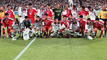 Piłkarze USA i Iranu na wspólnym zdjęciu przed rozpoczęciem spotkania
