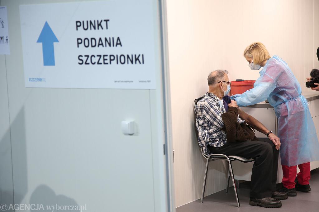 Pandemia koronawirusa. Szczepienia seniorów przeciwko COVID-19. Szczecin, 25 stycznia 2021