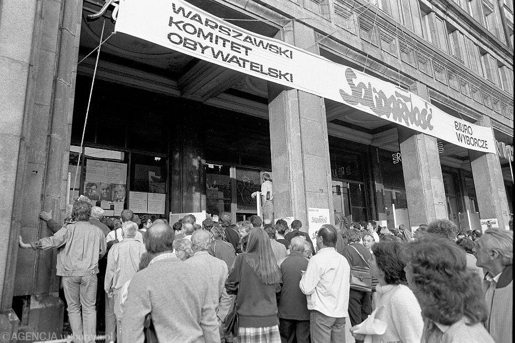 4 czerwca 1989 r. Warszawa, sztab wyborczy 'Solidarności' w kawiarni Niespodzianka na pl. Konstytucji