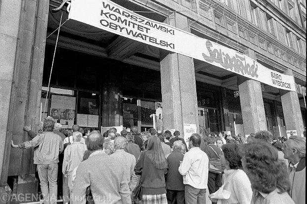 04.06.1989 WARSZAWA , PLAC KONSTYTUCJI , SZTAB WYBORCZY SOLIDARNOSCI - W KAWIARNI  NIESPODZIANKA