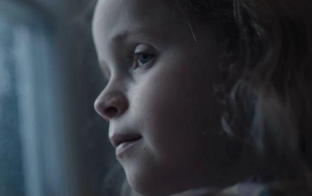Blogerka, krytykując spot, zwraca uwagę na dziecko, które 'przygląda się z nosem przyklejonym do szyby', jak mama w pocie czoła szykuje mu kolejne stroje