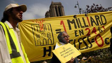 Protest przedstawicieli fundacji walczących z bezdomnością przed Notre Dame w Paryżu.
