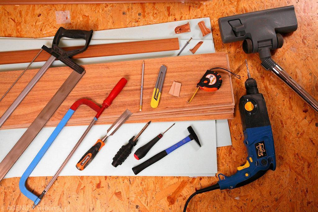 Materiały i narzędzia: panele typu click, listwa przypodłogowa i narożniki, podkład, wiertarka, piła o drobnych ząbkach, elementy dylatacyjne, śrubokręt i wkręty z kołkami, miarka, nóż do przycinania.