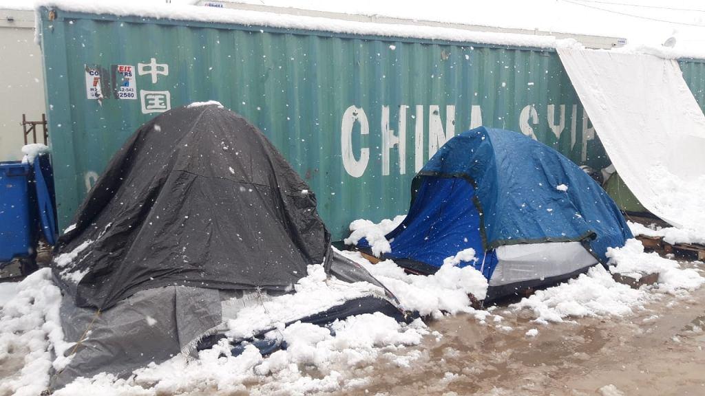 Zasypany śniegiem obóz uchodźców w Grecji