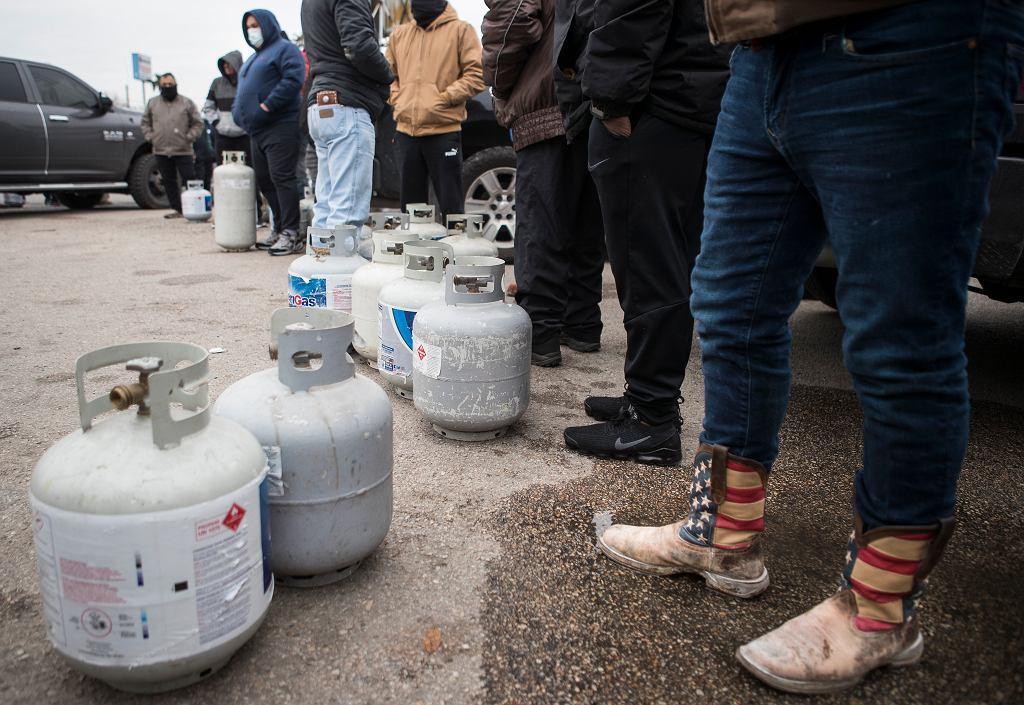 Atak zimy w USA. Kolejka chętnych do napełnienia butli z gazem. Teksas, 16 lutego 2021 r.