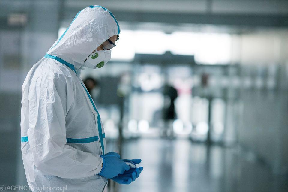 Pandemia koronawirusa. Medycy w strojach ochronnych