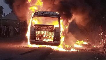 Płonący autobus nigeryjskiej drużyny Wikki Tourists
