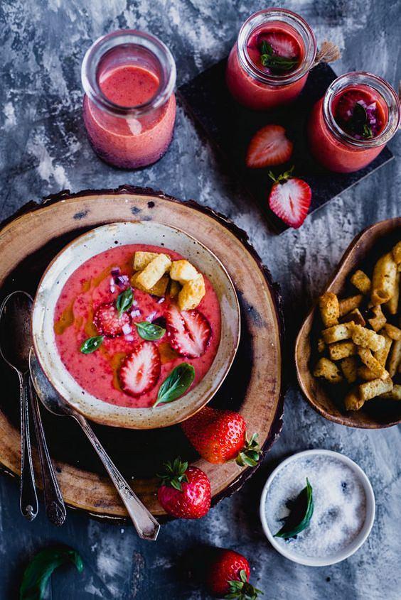 Truskawkowe gazpacho jest lekkie, zdrowe i sycące