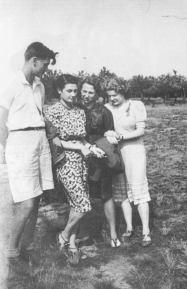 Ze swoją dziewczyną Barbarą Sapińską (obok) oraz Danutą Zdanowiczówną i Anną Pyrzykowską w majątku Olesinek koło Góry Kalwarii