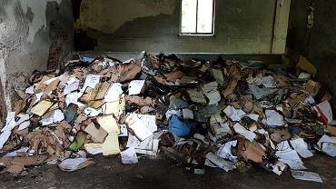 Policjanci zabezpieczyli kilka ton dokumentów w pustostanie w Gołaszewie
