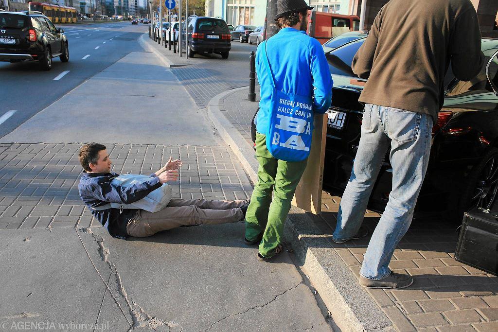 Kilkanaście osób własnym ciałem broniło przystanku przy Złotych Tarasach przed parkującymi samochodami.
