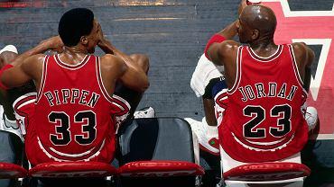 27 stycznia 1998 r., mecz Chicago Bulls konta Vancouver Grizzlies, na zdjęciu Scottie Pippen (#33) i Michael Jordan (#23). Kadr z serialu 'Ostatni taniec'.