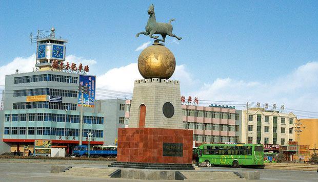Podróż pociągiem z Pekinu do Tybetu, azja, podróże, Golmud nosi dumne miano ?Top Tourist City of China?, ale tylko ze względu na okolice. Miasto to betonowa pustynia