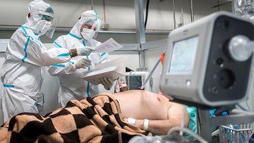 Medycy w szpitalu tymczasowym