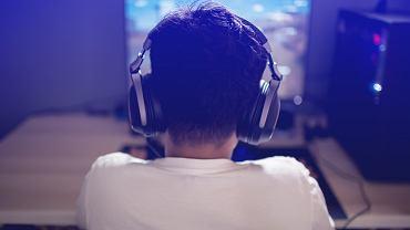 Chłopiec grający w gry komputerowe