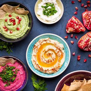 Hummus to idealna przekąska na przyjęcie. Dodając różne warzywa uzyskujemy kolorowe pasty, które pięknie prezentują się na stole.