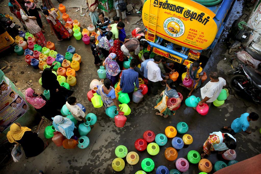 Indie. Mieszkańcy Chennai ustawiają się w kolejce po wodę