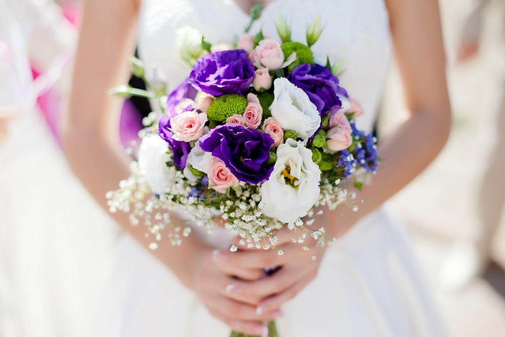 bukiet ślubny z kwiatów eustoma i alstromeria