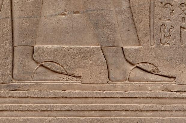 Płaskorzeźba przedstawiająca starożytne japonki, umieszczona na ścianie Świątyni w Kom Ombo w Egipcie / Fot. Alvaro Lovazzano/Shutterstock
