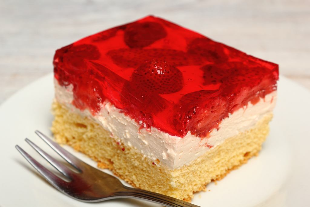 Ciasto z galaretką i truskawkami