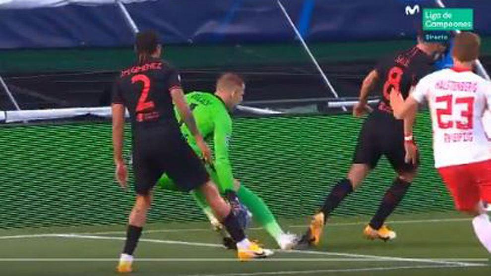 Kontrowersyjna sytuacja w meczu RB Lipsk i Atletico Madryt. Sędzia Szymon Marciniak nie podyktował karnego dla Hiszpanów