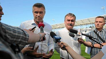 Bogdan Wenta (l) i Wojciech Lubawski (p) podczas konferencji prasowej na stadionie Kolporter Arena