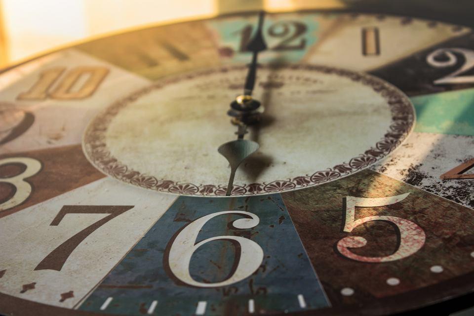 Kolorowy zegar ścienny retro.