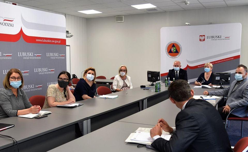 Wojewoda lubuski i podległe mu służby w trakcie wideokonferencji z ministrem edukacji. Rozmowy dotyczyły rozpoczęcia nowego roku szkolnego
