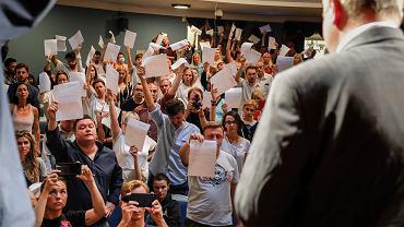 18.08.2020, Mińsk, zespół Teatru Narodowego pokazuje swoje wypowiedzenia z pracy ministrowi kultury Jurijowi Bodnarowi.
