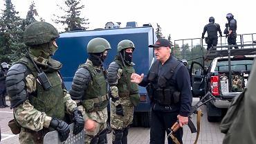 Podczas niedzielnych protestów w stolicy Białorusi prezydent Łukaszenka pojawił się w pobliżu swojej siedziby uzbrojony w kałasznikowa