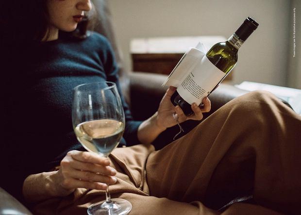 Czytasz etykiety win? Dobry zwyczaj. Od tych się nie oderwiesz