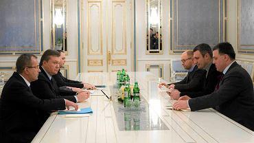 Spotkanie Wiktora Janukowycza z przedstawicielami opozycji: Arsenijem Jaceniukiem, Witalijem Kliczką i Ołehem Tiahnybokiem